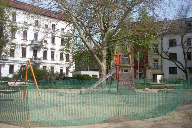 "Spielplatz mit ""Kröten""-Zaun. Foto: Lisa Selig"