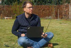 Prof. Marco Krondorf testet die Funkverbindung zur ISS in seinem Garten in Dresden. Foto: HTWK Leipzig