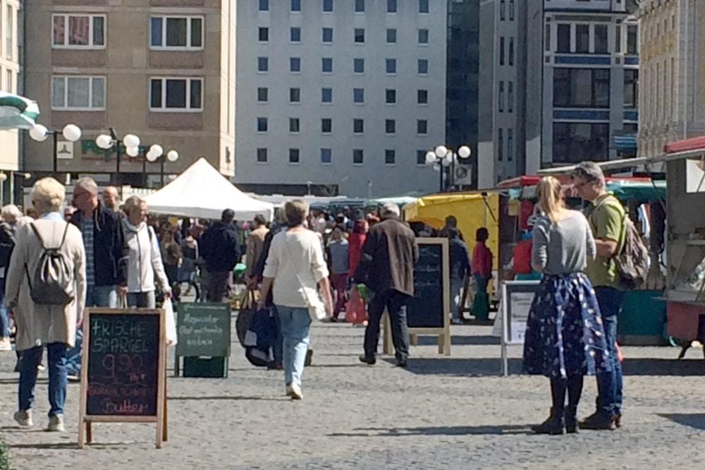 Gut besuchter Wochenmarkt am Freitagmittag, 17. April. Foto: L-IZ-de
