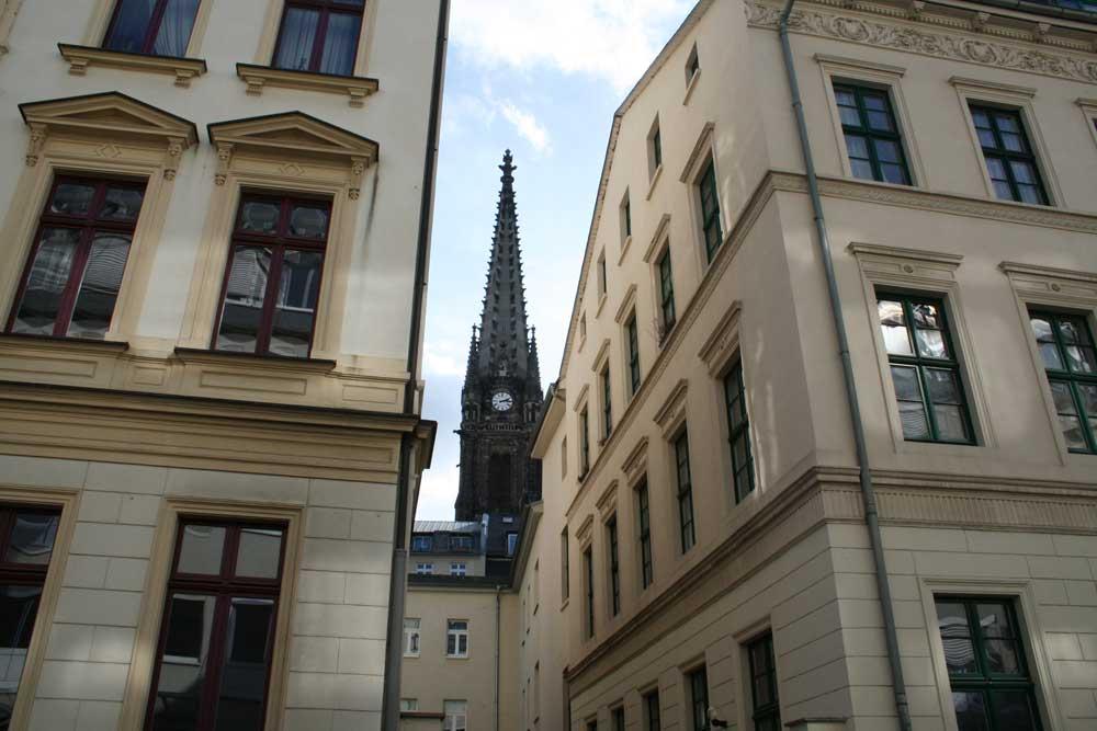 Blick zum Turm der Peterskirche. Foto: Ralf Julke