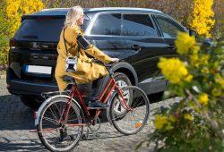 Radfahrerin mit Tracking-Ausrüstung. Foto: Bodo Tiedemann / UFZ