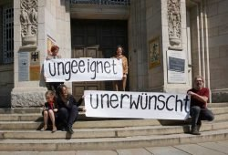 Die Briefübergabeaktion am 24. April vor der Runden Ecke. Foto: Stiftung Friedliche Revolution