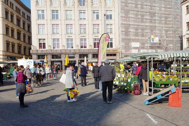 Corona-Abstand auf dem Leipziger Wochenmarkt. Foto: Marko Hofmann