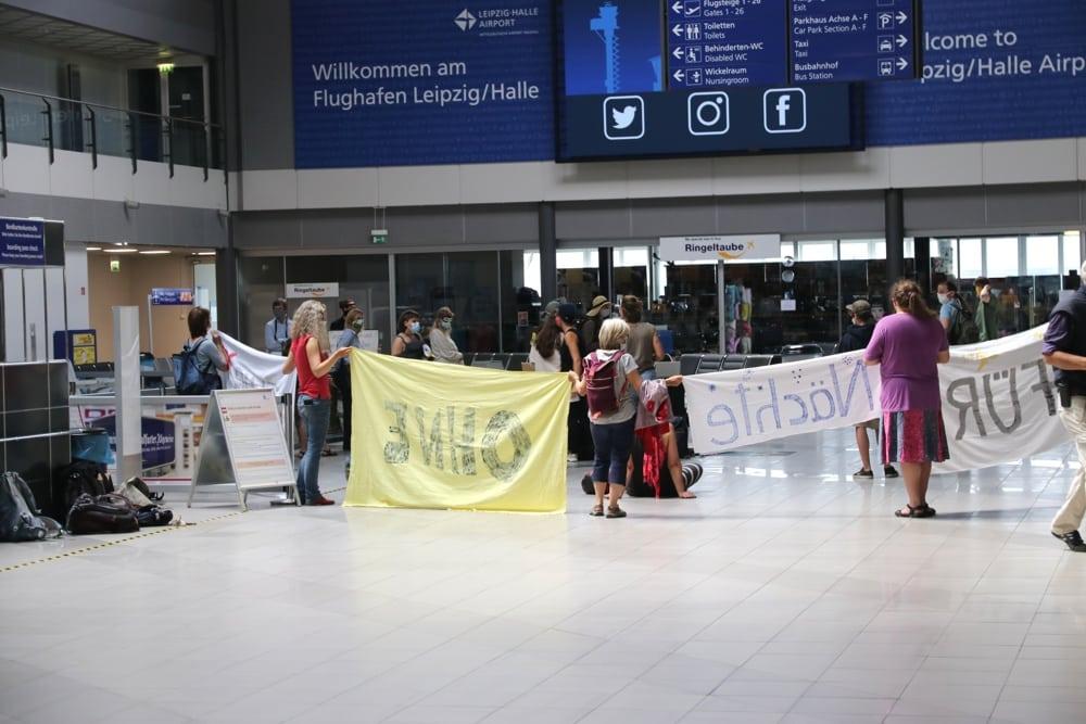 Bei der Demonstration gegen den Ausbau des Flugverkehrs am Flughafen Leipzig/Halle demonstrierten verschiedene Bündnisse gemeinsam. Foto: L-IZ.de