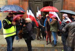"""Reichsflaggen vor der Nikolaikirche bei den Corona-Demonstranten und """"Team Xavier"""" (Naidoo). Foto: L-IZ.de"""