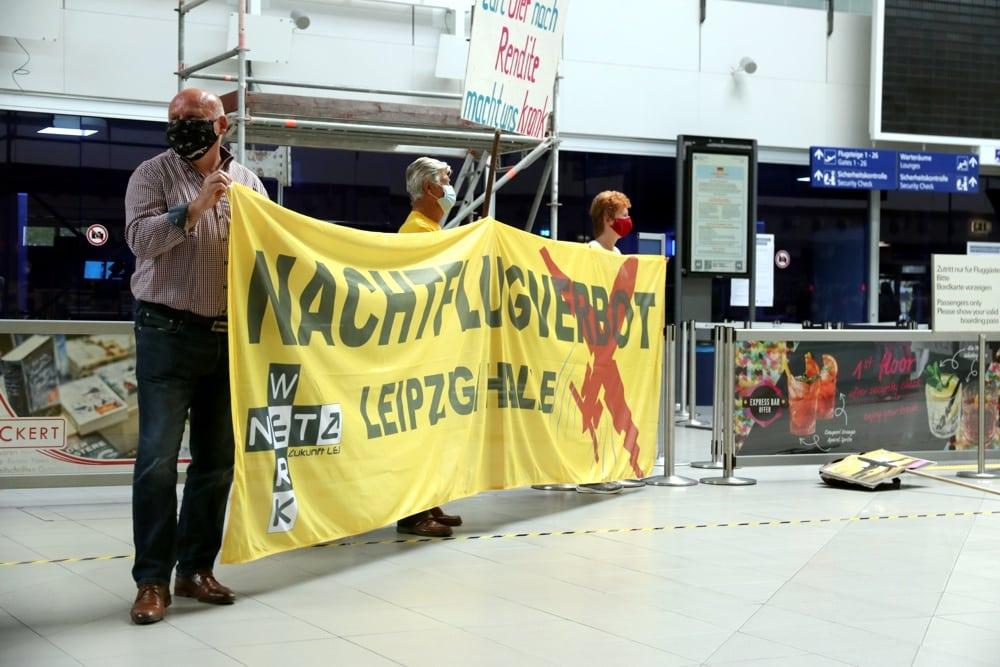 """Die Flughafen-Anwohner-Initiative """"Für Nächte ohne Fluglärm"""" bei einer Protestveranstaltung am Flughafen. Foto: LZ"""