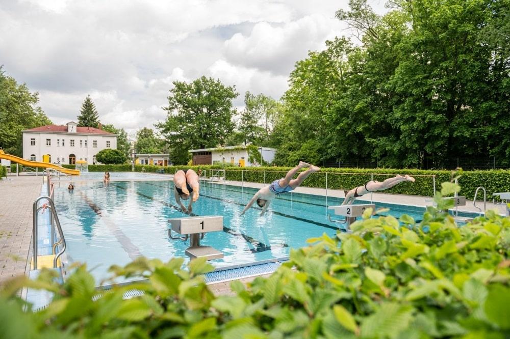 Sprung ins kühle Nass: Im Schreberbad und drei weiteren Leipziger Freibädern startet am 25. Mai die Freibadsaison. Foto: Leipziger Gruppe