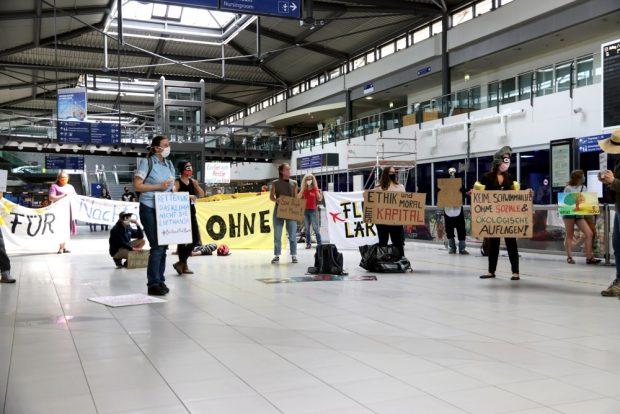 Extinction Rebellion (vorn) und die Fluglärm-Initiavive am Sonntag, 10. Mai, vor gespenstischer Leere am Flughafen. Foto: L-IZ.de