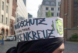 "Am 9. Mai auf dem Nikolaikirchhof: ""Mundschutz ist das neue Hakenkreuz"". Foto: L-IZ.de"