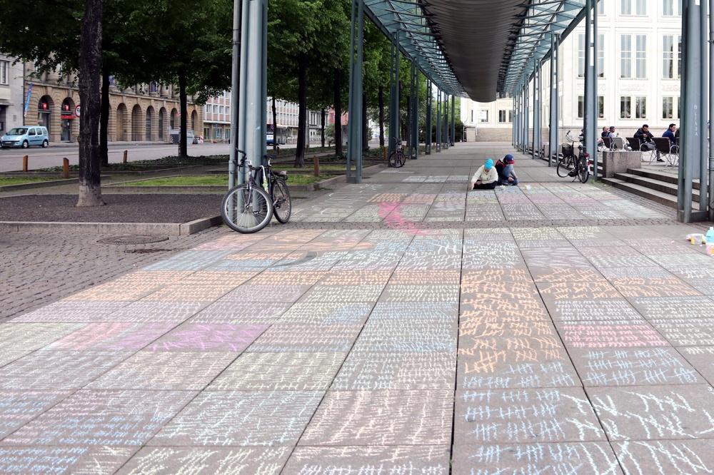 70.000 Striche zum Gedenken an einen Teil der Opfer der NS-Eugenik auf dem Augustusplatz. Foto: L-IZ.de
