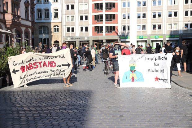 Als Gegenprotest am 18. Mai 2020 auf dem Nikolaikirchhof versammelt - Leipzig nimmt Platz mit einer angemeldeten Kundgebung. Foto: Michael Freitag
