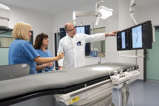 Chefarzt Dr. Lutz Pomper und sein angiologisches Behandlungsteam an der neuen Angiographie-Einheit des Leipziger Diakonissenkrankenhauses. Foto: Kay Zimmermann