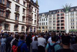Etwa 250 Personen standen dicht gedrängt vor der Nikolaikirche. Foto: René Loch