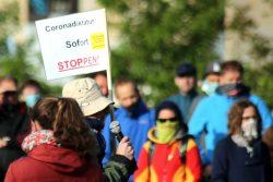 """Die oft bemühte weltweite """"Corona-Diktatur"""" hier auf einem Schild eines mehrfachen Redners bei """"Bewegung Leipzig"""". Foto: Michael Freitag"""