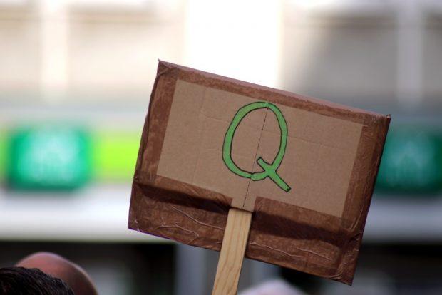 Das Q für QAnon am 9. Mai 2020 au dem Nikolaikirchhof. Foto: Michael Freitag