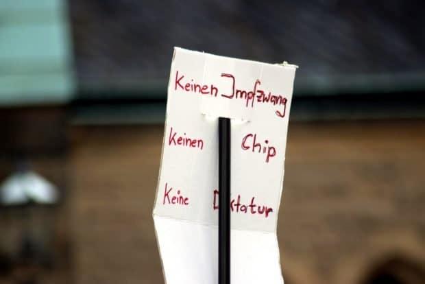 Die Angst vor einer Zwangsimpfung und implantierte Chips bei der Bewegung Leipzig. Foto: Michael Freitag