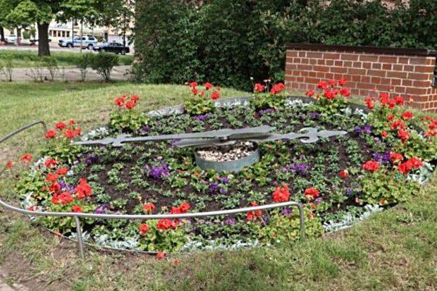 Die bepflanzten Tontöpfe und die Blumenuhr sorgen für Farbtupfer in der Innenstadt. Foto: Stadtverwaltung Eilenburg