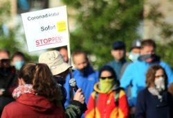 """Die oft bemühte weltweite Corona-Diktatur hier auf einem Schild eines mehrfachen Redners bei """"Bewegung Leipzig"""". Foto: Michael Freitag"""