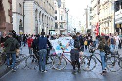 """Ein Blockadeversuch am 18. Mai mit Fahrrädern beim """"Spaziergang"""" durch LnP. Foto: Michael Freitag"""