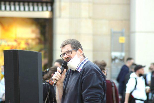Für Bessergestellte - Peterskirchpfarrer Andreas Dohrn warnte am 16. Mai bei Leipzig nimmt Platz vor dem unsolidarischen Bündnis Widerstand2020. Foto: Michael Freitag