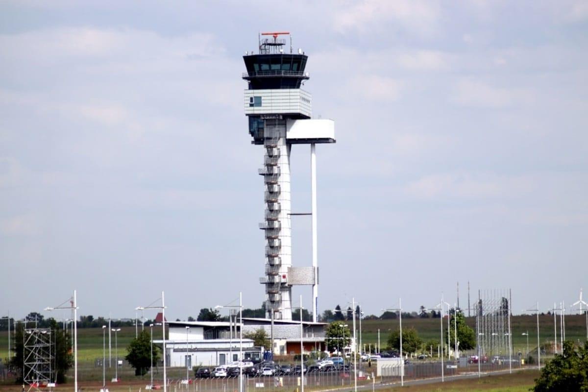 Am Tower auf dem Flughafen Leipzig. Foto: LZ