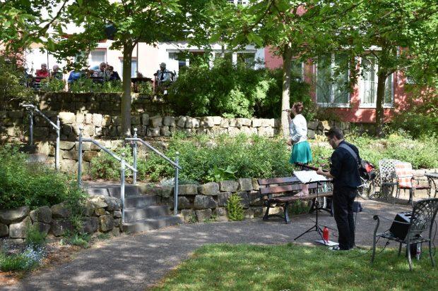 """Gartenkonzert in der ASB-Senioreneinrichtung Haus """"Am Silbersee"""" in Leipzig-Lößnig mit Duo Leo im Rahmen der Initiative """"Kultursendung"""" am 18.5.2020. © ASB Leipzig"""