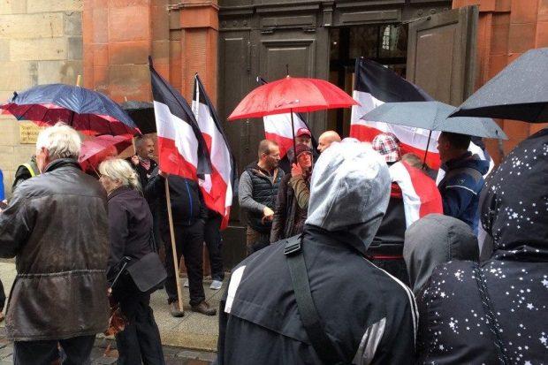 Keine anemeldete Versammlung, alles zufällig vorbeilaufende Bürger. Laut den Zufälligen. Foto: L-IZ.de