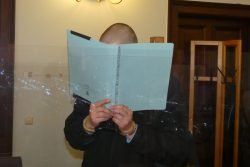 Marcus S. (40) schirmt sein Gesicht ab - wegen Covid-19 hatte das Gericht Glaswände aufstellen lassen. Foto: Lucas Böhme