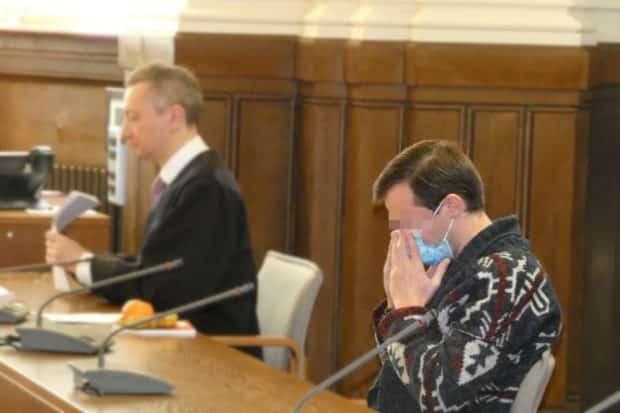 Beruft sich auf einen Auftrag der Freimaurer: Martin L. (31) beim Prozessauftakt mit Strafverteidiger Stefan Wirth im Hintergrund. Foto: Lucas Böhme