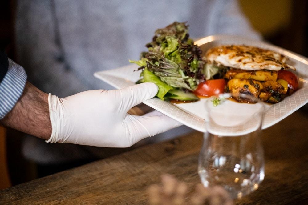 Servieren in Corona-Zeiten: Ohne Hygiene- und Abstandsregeln geht nichts in der Gastronomie. Daher sollten Gäste beim Restaurantbesuch Geduld mitbringen, meint die Gewerkschaft NGG. Foto: NGG