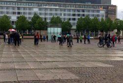 Sammeln zum Spazierengehen auf dem Augustusplatz am 4. Mai 2020. Foto: L-IZ.de