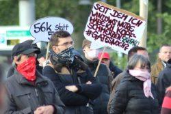 """Satire bei LnP bei einer """"Bewegung Leipzig""""-Kundgebung auf dem Leuschnerplatz. Foto: Michael Freitag"""