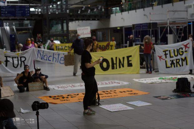Auch unter Corona-Beschränkungen aüßerten Initiativen am Flughafen ihre Anliegen Foto: Sebastian Beyer
