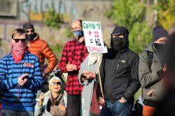 """Vom Zufall zur Theorie? Am 12. Mai stellte sich der Gegenprotest rings um die Kundgebung von """"Bewegung Leipzig"""" auf. Foto: Michael Freitag"""
