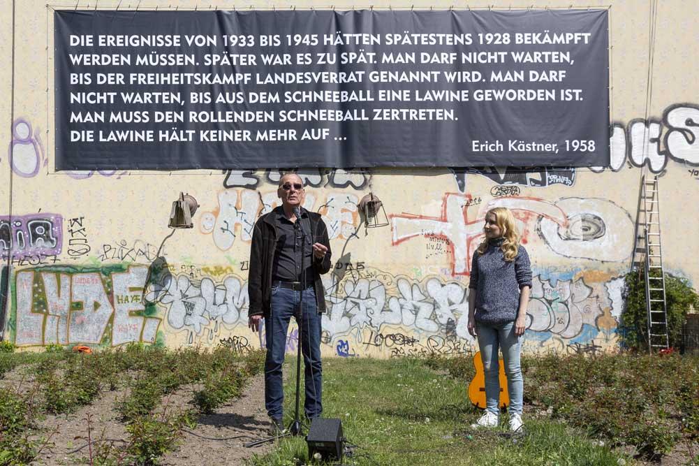 Enthüllung des Kästner-Zitats. Foto: Sebastian Schimmel / TdJW