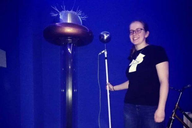 Luisa Rößner, ehrenamtliche Mitarbeiterin der INSPIRATA, während der Aufnahme des Live-Streams zum Thema Hochspannung. Foto: INSPIRATA
