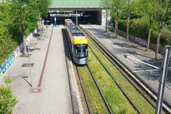 Straßenbahn der Linie 16 am Messegelände. Foto: Marko Hofmann