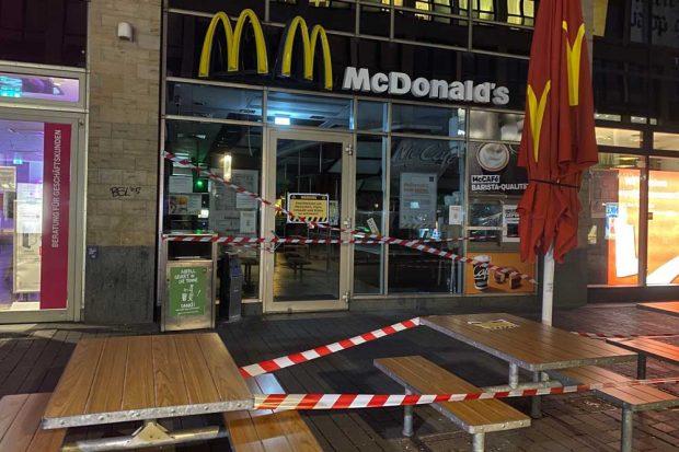 Abgesperte McDonald's-Filiale in der Petersstraße. Foto: Animal Rebellion Leipzig