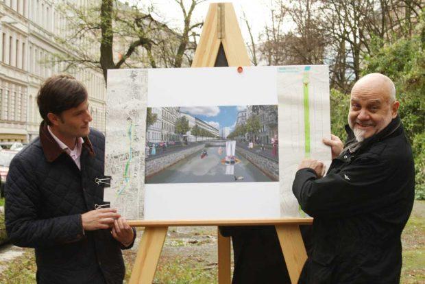 2013 am noch verrohrten Pleißemühlgraben an der Lampestraße: Heiko Rosenthal und Heinz-Jürgen Böhme. Foto: Ralf Julke