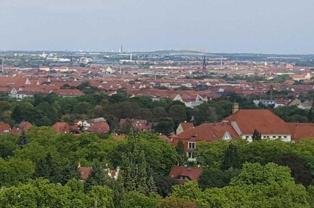 Selbst vom Völkerschlachtdenkmal aus zu sehen: die Deponie Seehausen. Foto: Marko Hofmann