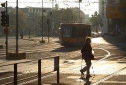 Seniorin auf dem Weg zur Haltestelle. Foto: Ralf Julke