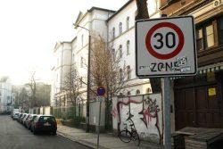 Tempo 30 - hier vor der Lessingschule. Foto: Ralf Julke