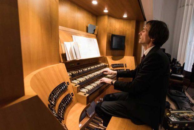 David Timm an der Jehmlich-Orgel. Foto: Christian Hüller/Universität Leipzig