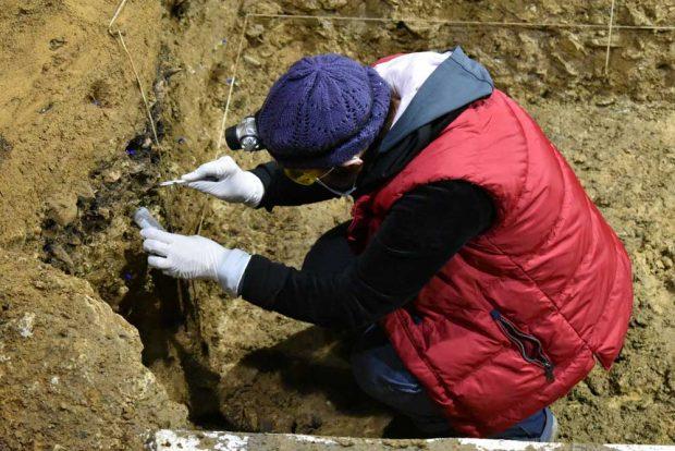 Eine der Grabungsleiterinnen, Tsenka Tsanova aus der Abteilung für Humanevolution am MPI-EVA, entnimmt Sedimentproben für die DNA-Analyse. Foto: Nikolay Zahariev, Lizenz: CC-BY-SA 2.0
