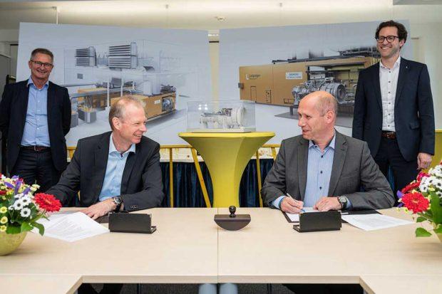 Während der Vertragsunterzeichnung (von links nach rechts): Roman Havranek (Siemens), Olaf Kreyenberg (Siemens), Karsten Rogall (Leipziger Stadtwerke) und Dr. Maik Piehler (Leipziger Stadtwerke). Foto: Leipziger Gruppe