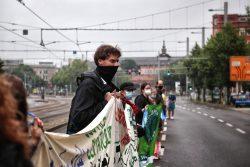 14 Uhr: Eine Kette aus Menschen beginnt sich in leipzig bei Unteilbar zu bilden. Foto: L-IZ.de