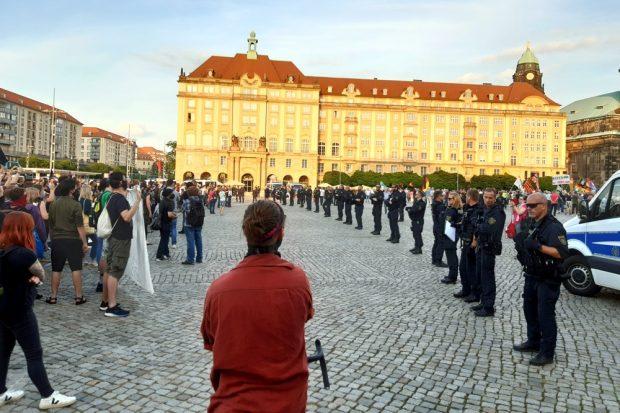 Eine Polizeikette trennte beide Seiten. Foto: Luise Mosig