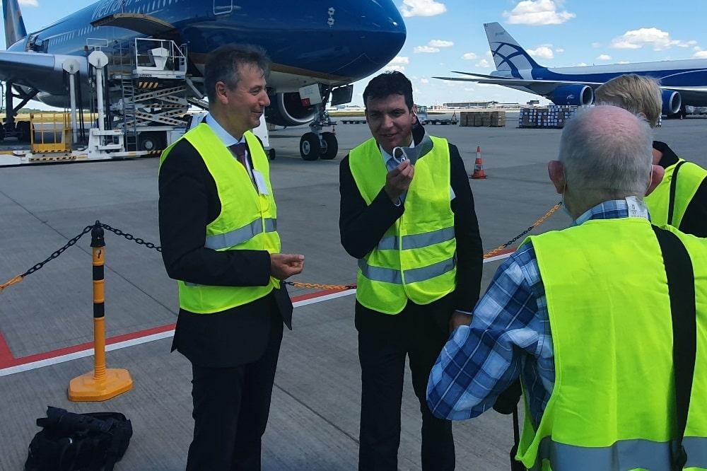 Die Landräte Kai Emanuel (l.) und Henry Graichen auf dem Schkeuditzer Flughafen vor einer Maschine der Vietnam Airlines. Foto: LRA