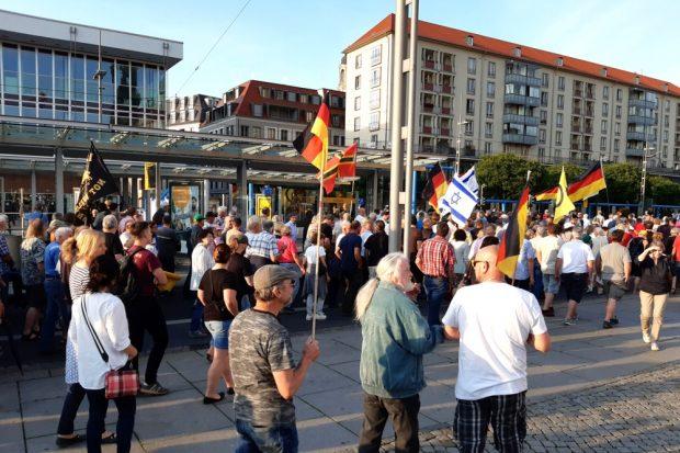 """PEGIDA bricht zum """"Spaziergang"""" auf. Foto: Luise Mosig"""