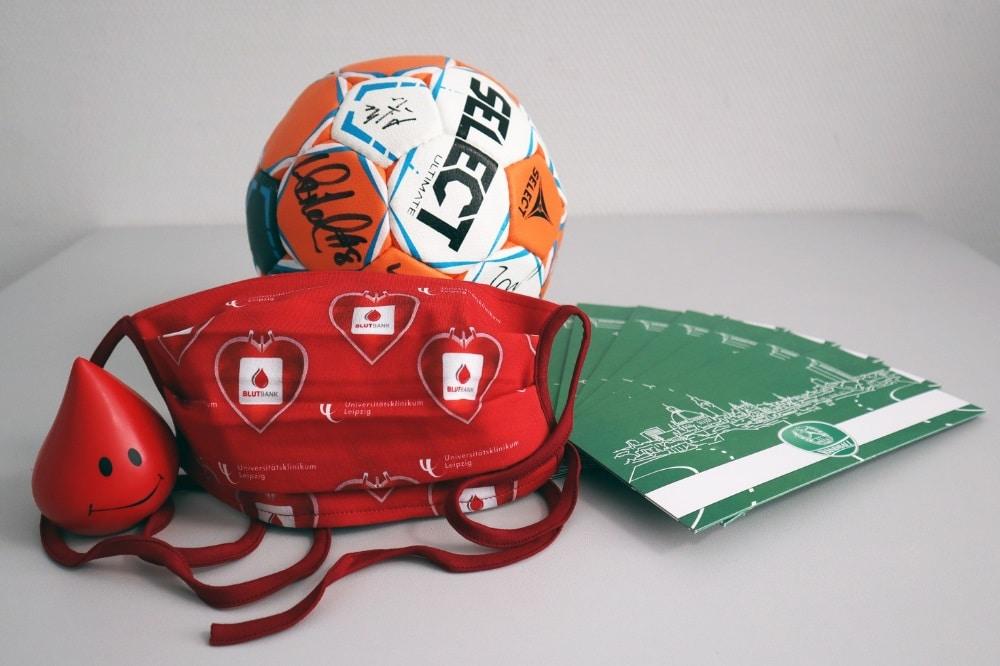 Anlässlich des Weltblutspendetages am 14. Juni erhalten alle UKL-Spender, die am 12. und 13. Juni eine Blutspende leisten, eine limitierte Community-Maske. Zudem werden am 12. Juni Ticket-Gutscheine des SC DHfK Handball unter allen Spendern verlost. Foto: Isabell Tschirner / UKL